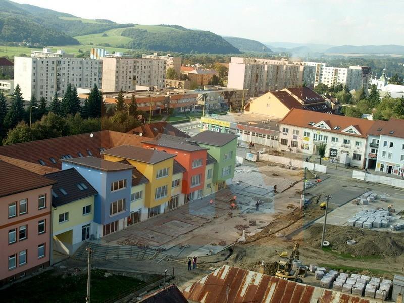 Námestia snp v stropkove aktuálne prebieha i. a ii. etapa. mesto